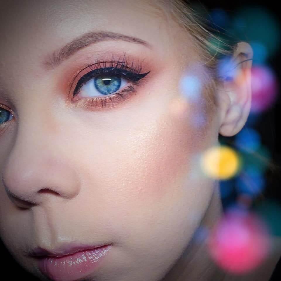 Henna rzęs warszawa twarz młodej kobiety z profilu z niebieskimi oczami