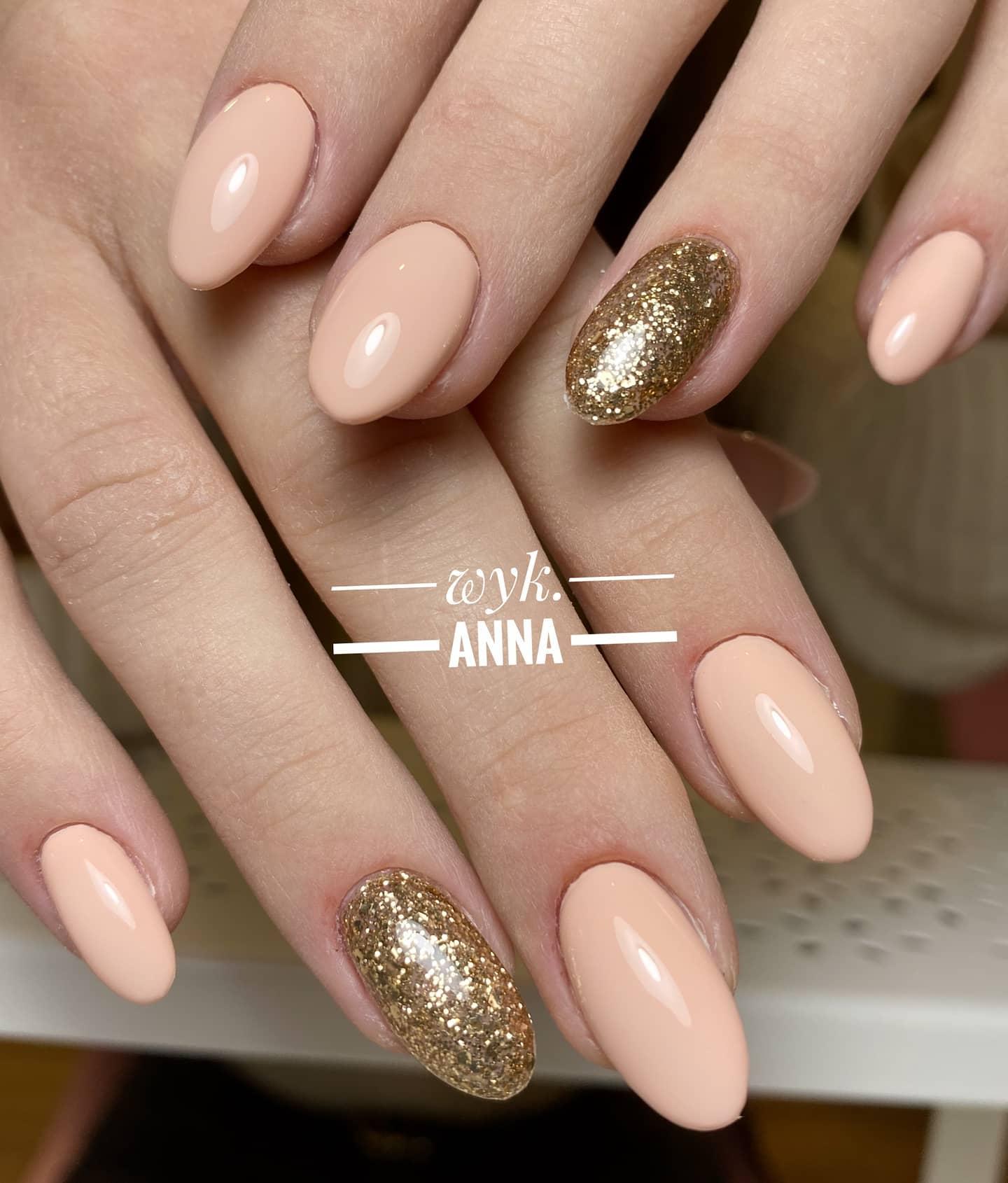 Manicure hybrydowy białołęka paznokcie w kolorze jasnobrązowym ze złotymi dodatkami