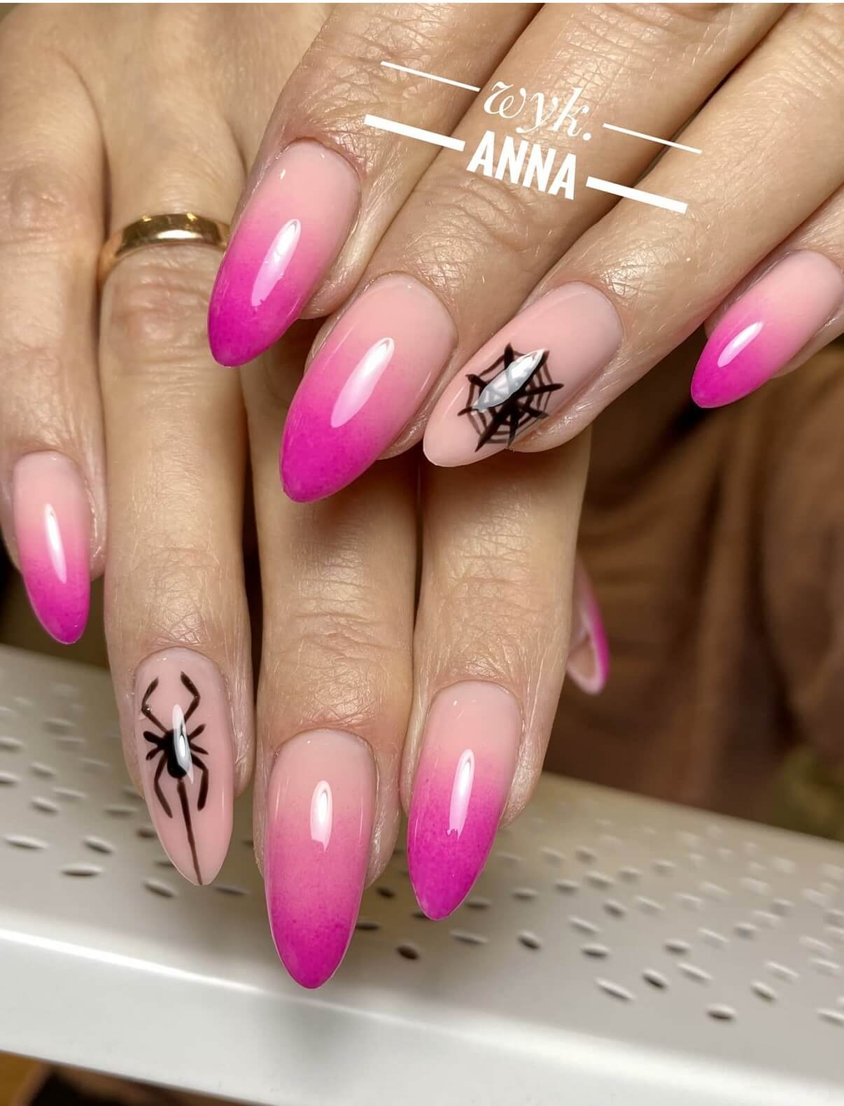 Manicure targówek paznokcie w kolorze różowym z dodatkiem czarnych pająków