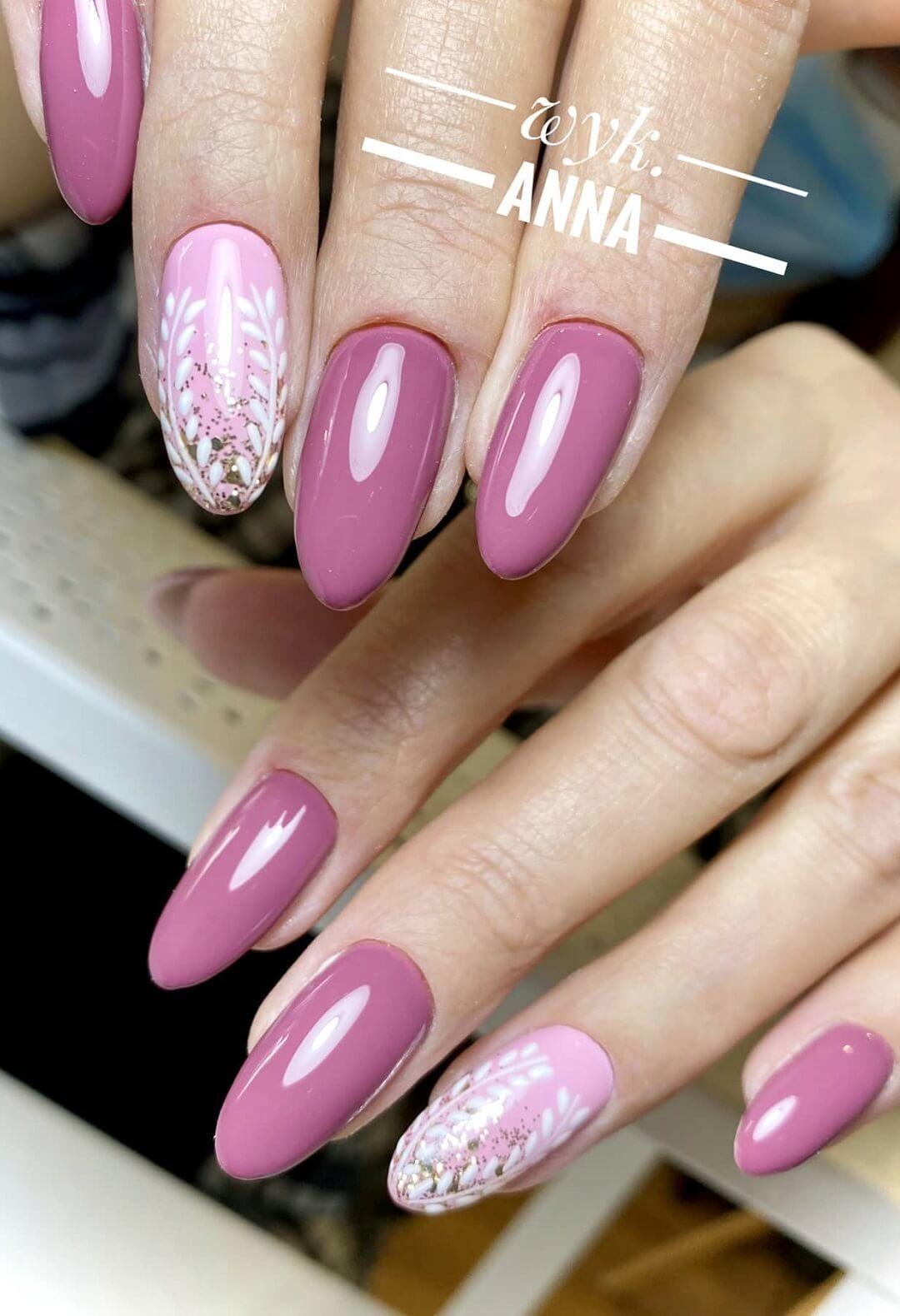 Manicure warszawa paznokcie w kolorze różowym z dodatkiem srebrnego brokatu